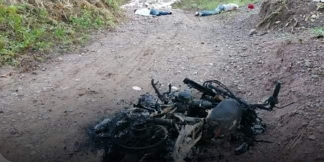 Los cadáveres de los jóvenes quedaron cerca de la motocicleta.   FOTO/JUDICIAL
