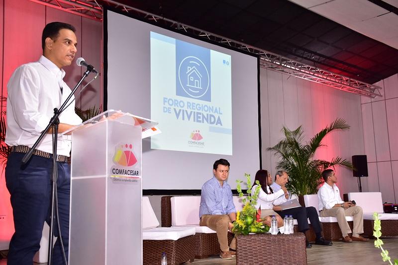El director de Comfacesar invitó a los alcaldes a trabajar en proyectos de vivienda de la mano con la empresa.  FOTO/JOAQUÍN RAMÍREZ.