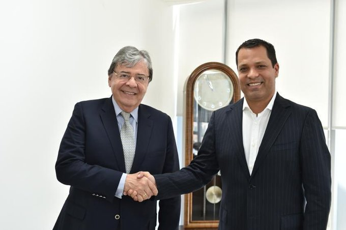 Carlos Holmes Trujillo, ministro de Defensa y Luis Alberto Monsalvo, gobernador del Cesar.  FOTO/TWITTER.