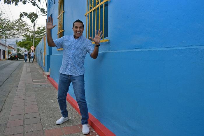 El cantante soledeño tomó con sorpresa y satisfacción el hecho de encontrarse en Valledupar con reinas populares, bailes y disfraces propios del Carnaval de Barranquilla.  FOTO/SERGIO MCGREEN.