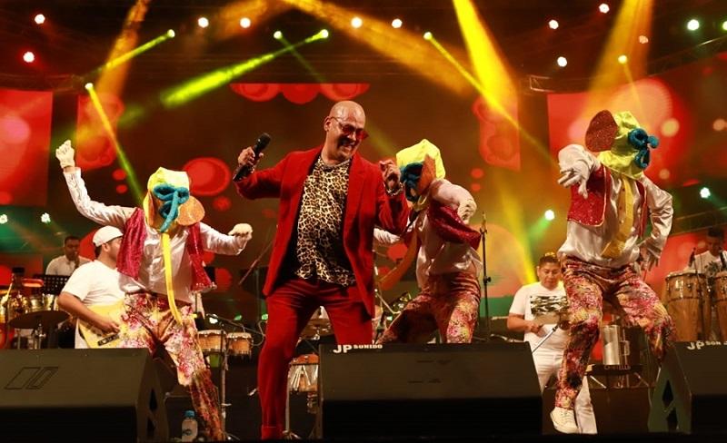 El artista es acreedor de siete Congos de Oro obtenidos en las categorías de salsa, tropical, urbano, merengue, mejor intérprete y vallenato, también se ha desempeñado como docente de música.