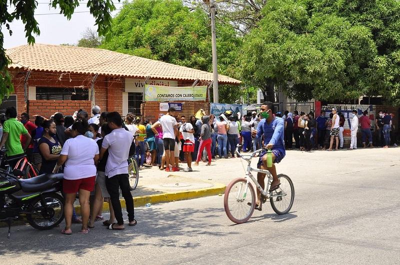 Desde tempranas horas se han visto largas filas en los puntos de pago de los incentivos en Valledupar.   FOTO/JOAQUÍN RAMÍREZ.