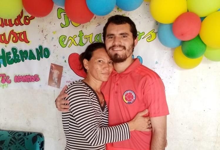 Jhon Carlos Torres Rincón junto a su mamá, Zulena Rincón.    FOTO/CORTESÍA.