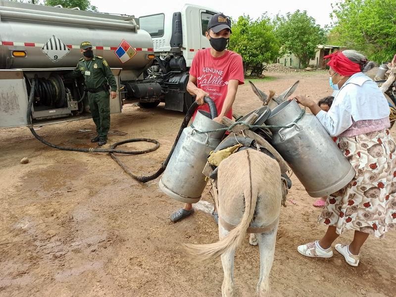 Más de seis mil metros cúbicos de agua fueron distribuidos en la vereda Camperucho.  FOTO: CORTESÍA.