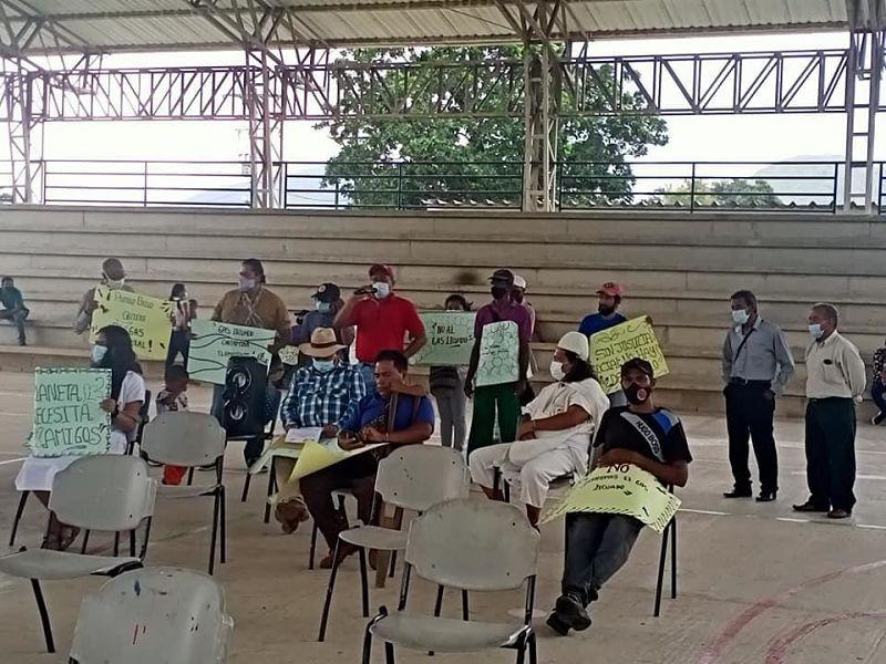 El alcalde de Pueblo Bello, Danilo Duque, se reunió con los manifestantes para socializar el proyecto.
