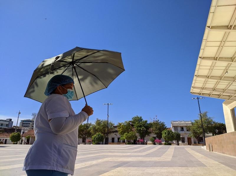 Mujer cubriéndose del sol con una sombrilla por las calles de Valledupar   Foto: Joaquín Ramírez/ El Pilón.