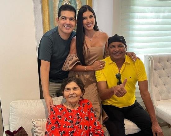 Peter Manjarrés junto a su esposa 'Tata' Becerra, Farid Ortiz y su mamá Imelda Romero.   FOTO: CORTESÍA.