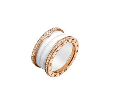 ANILLO B.ZERO1de cuatro bandas en oro rosa de 18 quilates y cerámica blanca con pavé de diamantes en los bordes.