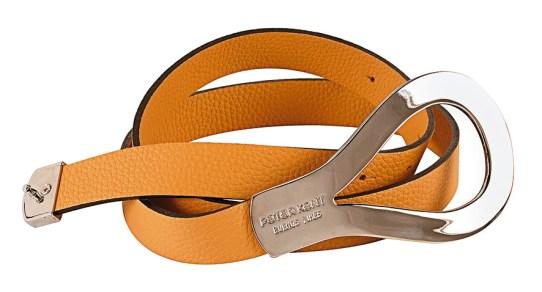 Cinturón realizado en cuero vacuno graneado con importante hebilla niquelada en forma de gota, $1.315, Peter Kent