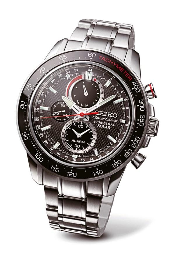 La marca japonesa de relojería presenta su nuevo reloj de la colección Sportura, con caja y correa de acero, que funciona mediante la carga de energía solar sin la necesidad de usar pilas. Precio U$D 1.180.