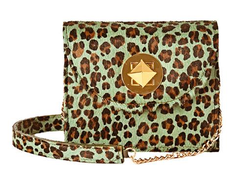 Cartera confeccionada a mano en cuero con pelo animal print, Katy $2.050.