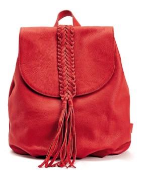 La marca de accesorios Tessa nos trae para su nueva colección el resultado del equilibro entre lo clásico y lo innovador con detalles de calidad. Mochila de cuero en tono rojo. $2.850.