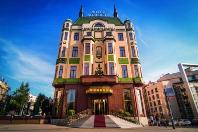 La fachada del antiquísimo hotel Moskva.