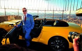 Bill Ford, descendiente de Henry, posa junto a una unidad Triple Yellow descapotable.