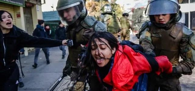 No pasa lo mismo en velorio narco: brutal agresión de Carabineros a fotógrafa en incidentes del Instituto Nacional