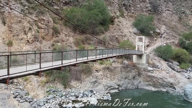 Puente que cruza el Río Colca