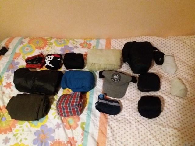 Doblando así la ropa entra mas en la mochila