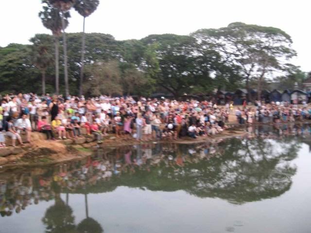 Multitud esperando el amanecer