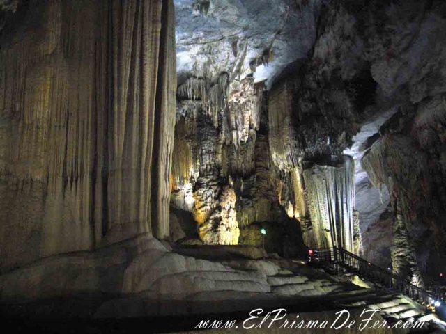 Formaciones rocosas y pasarelas dentro de la cueva