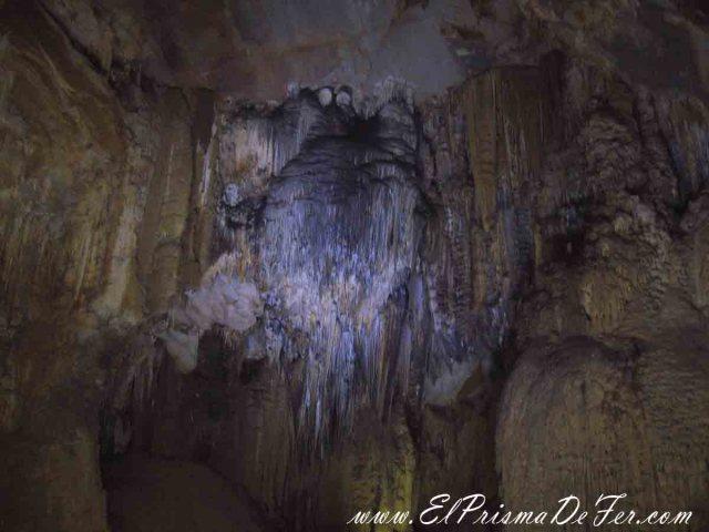 Estalactitas dentro de Paradise Cave