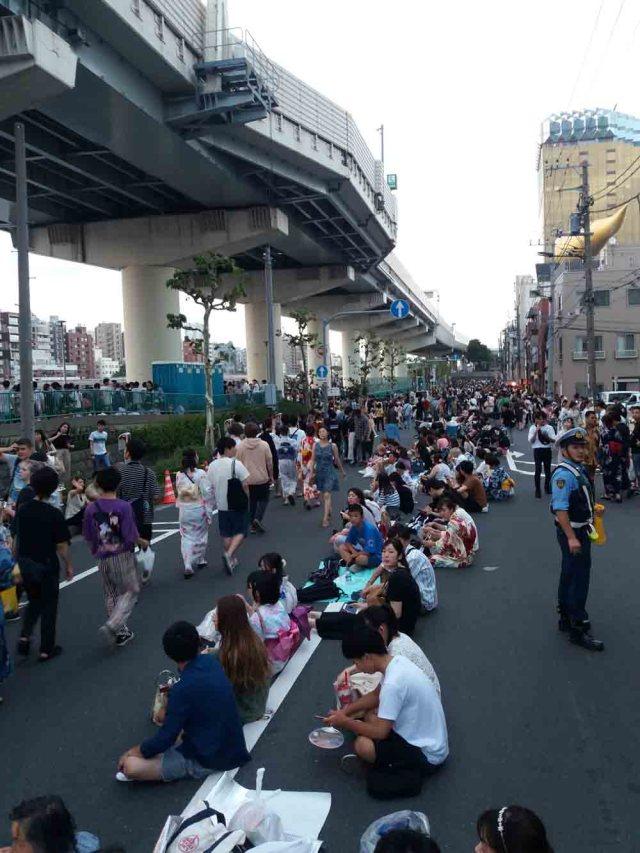Gente esperando por Festival de Fuegos Artificiales de Sumidagawa
