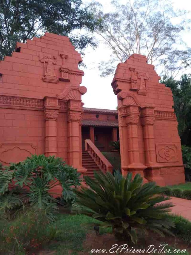La entrada del Hotel Guamini es similar a las Ruinas de Ignacio