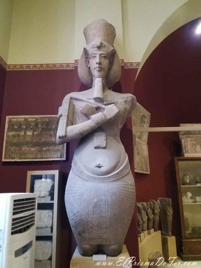 Estatua atípica de un Faraón