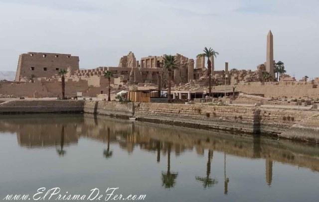 Vista del lago interior en el Templo de Karnak, Luxor.
