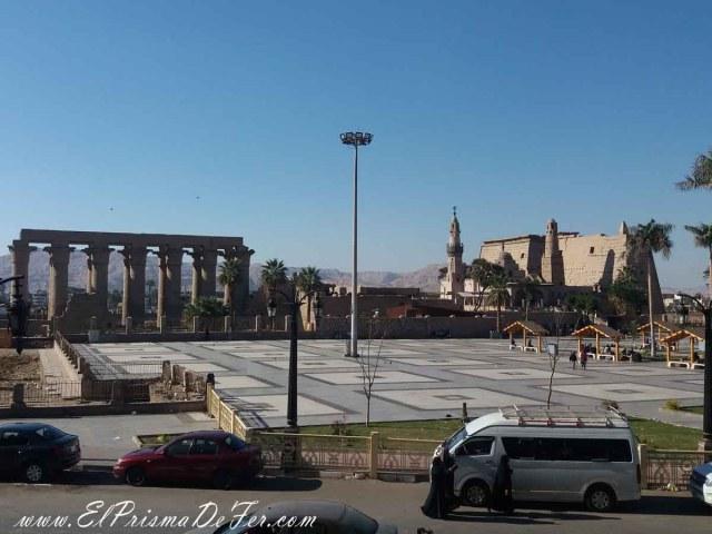 Plaza principal y Templo de Luxor al fondo, ubicado en el centro de la ciudad