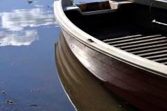 Agua, bote y nubes