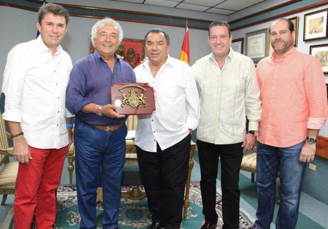 RAFAEL ROMERO Y ANTONIO RUIZ RECIBEN UNA PLACA DE RECONOCIMIENTO DE PARTE DE LOS DIRECTIVOS DE CASA DE ESPAÑA