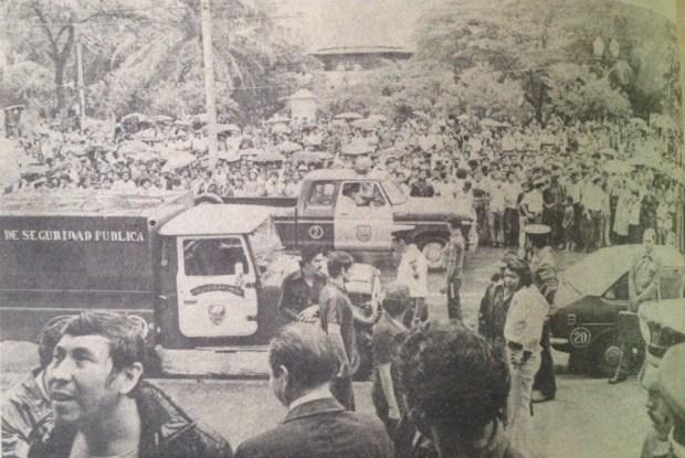 Pobladores de San Pedro Sula concentrados frente a la catedral metropolitana, según la prensa, para desalojar por la fuerza a los estudiantes.