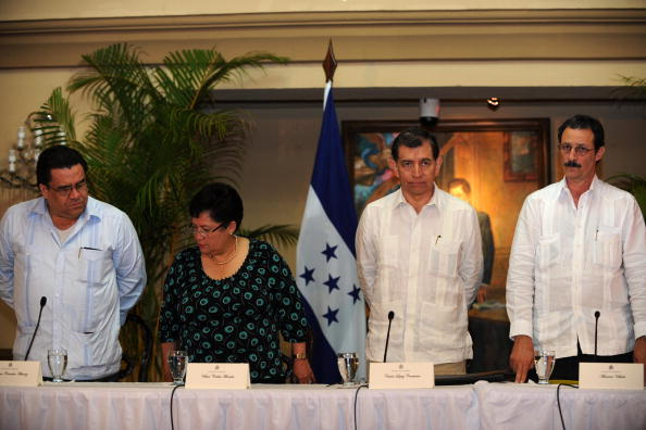 Arturo Corrales (L), Vilma Morales (2nd L), Carlos Lopez (2nd R) and Mauricio Villeda (R), members of the delegation representing interim Honduran leader Roberto Micheletti, attend a press conference in Tegucigalpa on July 10, 2009. Delegations of ousted Honduran president Manuel Zelaya and Honduran de facto president Roberto Micheletti met Friday with the mediation of Costa Rican President Oscar Arias, a Nobel Peace Prize Laurate. There was no agreement but a commitment to continue the dialogue was established. AFP PHOTO Orlando SIERRA (Photo credit should read ORLANDO SIERRA/AFP/Getty Images)