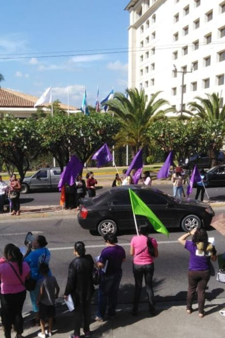Con plantón en contra de los femicidios conmemoran día de la mujer
