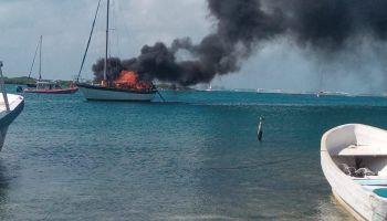 Se incendia embarcación en Isla Mujeres