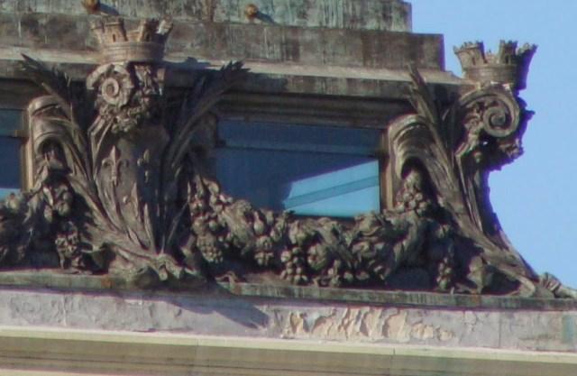 Las coronas murales del monumento a Alfonso XII