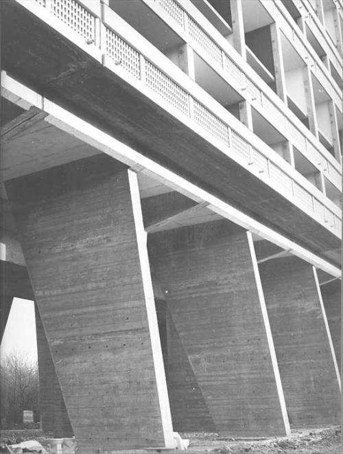 """Detalle zonas inferiores de """"Unité d'Habitation"""", Briey-en-Forêt, France, 1956"""