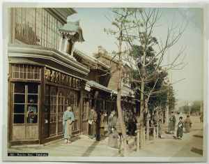 Vista del estudio fotográfico de Kusakabe Kimbei y de la tienda de Honcho Dori en Yokohama, coloreada a mano por Kimbei, ca. 1890 (Smithsonian Institution, 2013).