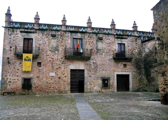 Fachada principal de la Casa de las Veletas [Foto: panoramio]