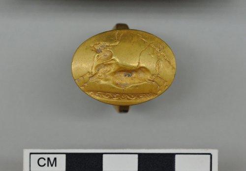 Muestra un anillo de oro decorado con dos acróbatas saltando sobre un toro (Imagen proporcionada por el Ministerio de Cultura de Grecia)