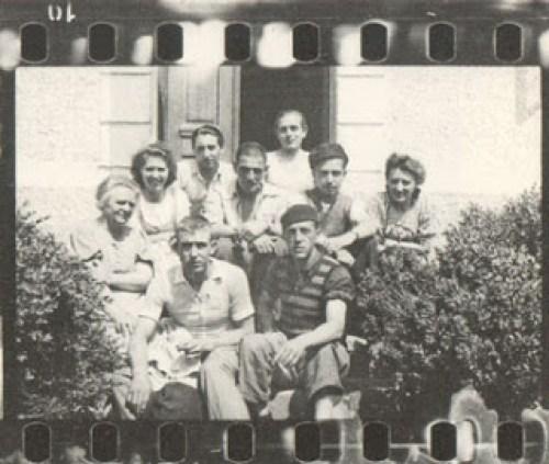La familia Pointner junto con Jacinto Cortés en la granja donde escondieron los negativos.
