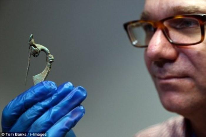 El arqueólogo Steve Sherlock con una de las piezas en la mano. TOM BANKS ©