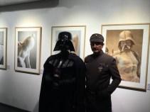 Dos fans en la exposición de Caelum.