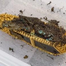 Colgante de oro, se cree que pudo contener una reliquia santa. Historic Scotland.