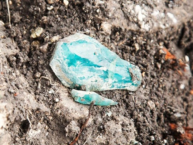 Fragmento de vidrio en bruto encontrado en la excavación. Fotografía: Assaf Peretz, Autoridad de Antigüedades de Israel .