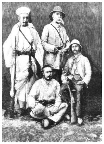 Julio Cervera i Baviera (primero a la derecha), Felipe Rizzo, Francisco Quiroga (sentado en el suelo, con su martillo en la mano) y Hach Abdelkader, un guia local.