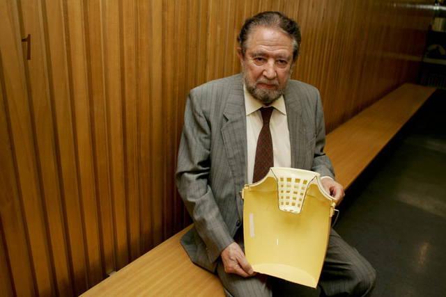 Manuel Jalón celebrando el 50 aniversario del invento de la fregona en Zaragoza en 2006