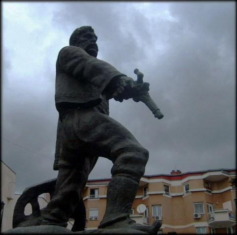 Sindelic apuntando hacia la pólvora (Estatua)
