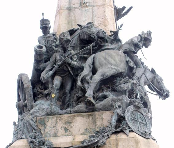 Monumento a la Batalla de Vitoria (1813) parte en la que se recrea el escudo británico y algunos soldados