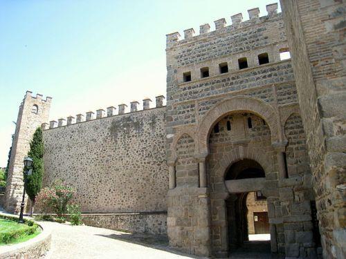 La Puerta Antigua de Bisagra o de Alfonso VI, en la muralla de Toledo